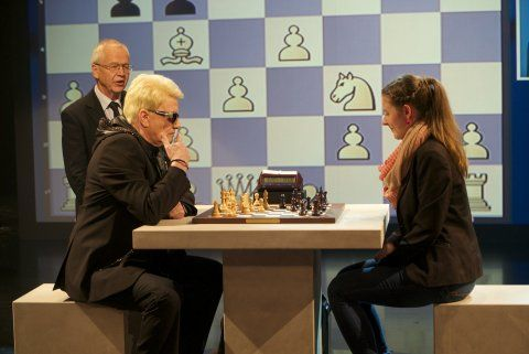 Heino spielt Schach.