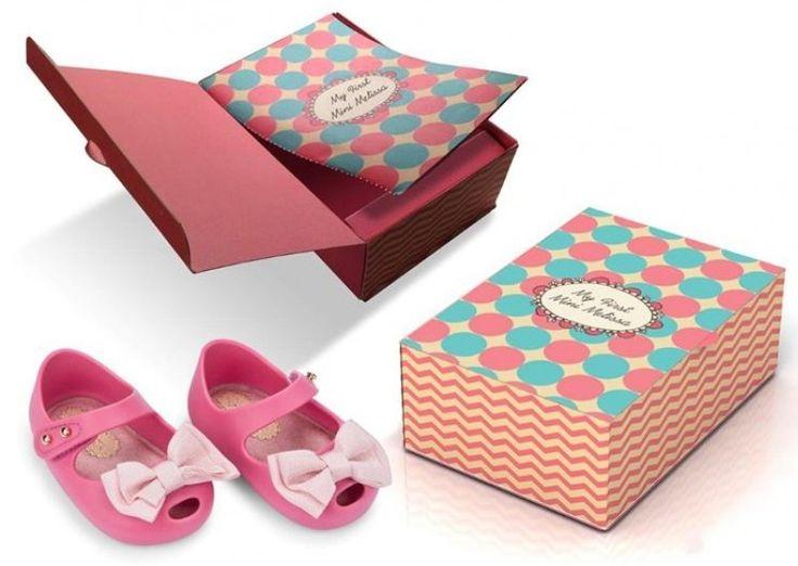 coleção My First Mini Melissa, com peças feitas especialmente para bebês recém nascidas e serem usadas na maternidade.