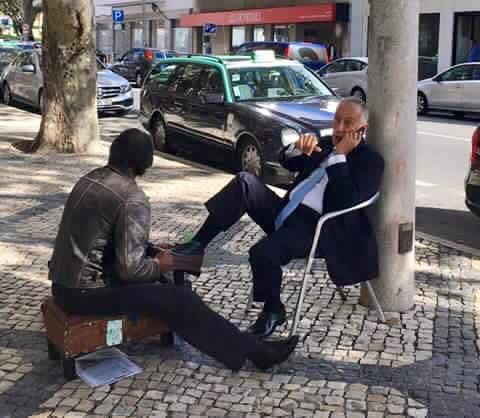 "Presidente de Portugal Marcelo Rebelo ""apanhado"" a engraxar  sapatos na rua https://angorussia.com/entretenimento/famosos-celebridades/presidente-portugal-marcelo-rebelo-apanhado-a-engraxar-sapatos-na-rua/"