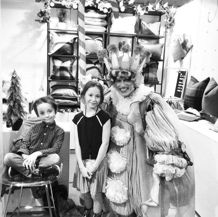 Deux fans du roi bonbon de casse-noisettes dans mon kiosque surtout une ballerine #roibonbon #marchecassenoisette #marchemontreal #marchecassenoisette2017 #cadeauartisanal #marchenoel #boutiquemay