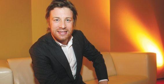 """De wereldberoemde Britse chef-kok Jamie Oliver roept iedereen op deel te nemen aan de wereldwijde Voedsel Revolutie Dag, die zaterdag plaatsvindt. Deze dag staat in het teken van het eten van gezond en eerlijk voedsel. """"Ik ben niet tegen hamburgers of pizza's, ik ben tegen het eten van troe"""