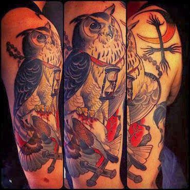Tatuagem de coruja masculina colorida