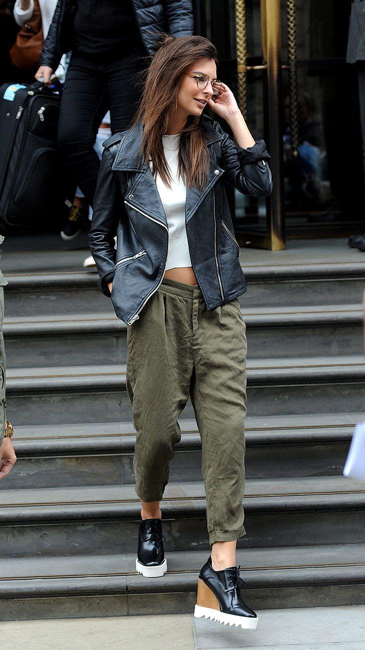 En un look de chaqueta de piel y pantal�n verde militar, en Londres.