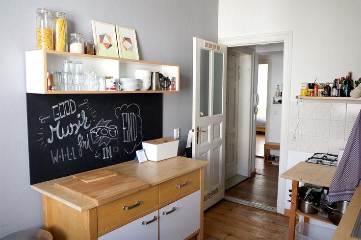 Schöne Kücheneinrichtungsidee: Schiefertafel und Kreide für schelle Ideen, wichtige Notizen und Dinge, die nicht vergessen werden dürfen. 2-Zimmerwohnung in Berlin