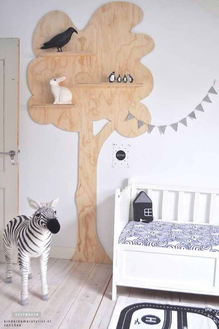 Des étagères poétiques montées sur un arbre en bois, une belle idée pour la chambre d'enfant