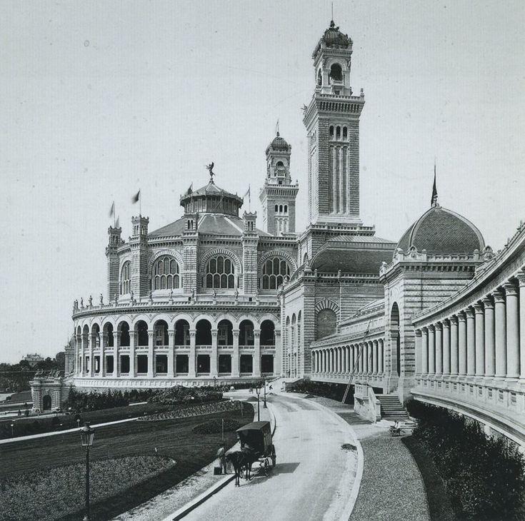 Voici l'ancien Palais du Trocadéro, en 1878, flambant neuf. De style romano-mauresque, voire néo-byzantine, il fut érigé pour l'exposition universelle de 1878 et démantelé moins de 60 années plus tard, en 1935. Une photo de Moïse Léon et Isaac Lévy.