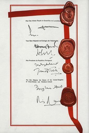 7. Februar 1992 Der Europäische Rat beschließt im niederländischen Maastricht eine einheitliche europäische Währung, die später Euro genannt wird. Zugleich wird aus der EG die Europäische Union, die alle europäischen Vertragswerke umfasst und zwölf Mitglieder zählt.