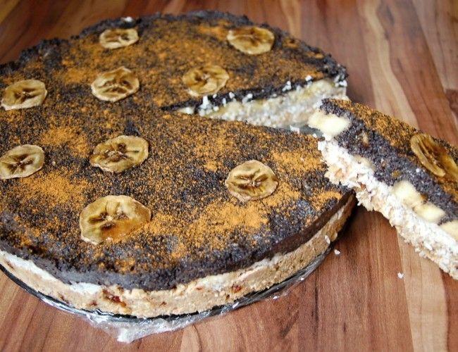 Raw božský makový dort, krok 1: Vlašáky, mandle a 3/4 šálku datlí přes noc namočíme. Druhý den vodu slijeme a k této směsi přidáme 2PL kokosového oleje.