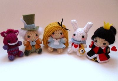 Fuente: http://www.etsy.com/listing/109810562/alice-in-wonderland-amigurumi-set?ref=sr_gallery_15_search_type=all_includes[0]=tags_search_query=crochet+alice+in+wonderland_page=1_facet=crochet+alice+in+wonderland_view_type=gallery
