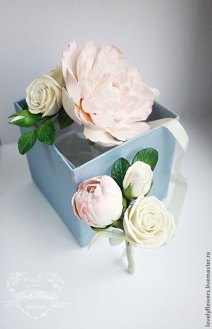 Купить или заказать Бутоньерка с цветами из полимерной глины в интернет-магазине на Ярмарке Мастеров. Бутоньерка с цветами из полимерной глины. Состав: бутон пиона, чайная роза. Нежно-салатовая лента из натурального шелка. Цветы очень легкие, прочные, не сыпятся, не теряют форму и цвет. Крепление на флористической булавке.