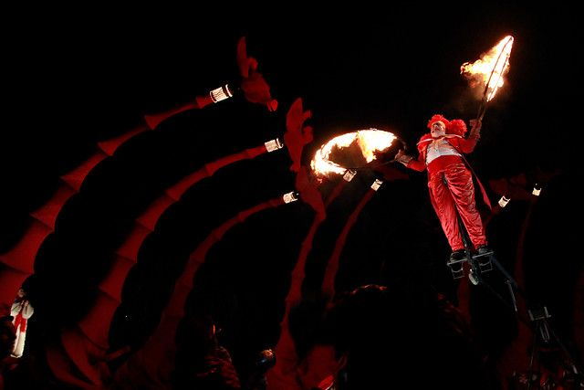 20 de Enero del 2013/IQUIQUE La compañia de teatro francesa Compagnie OFF, presento su espectaculo callejero gratuito Las Jirafas, donde nueve jirafas rojas de ocho metros de altura circularon por la Avenida Arturo Prat de Iquique, acompañadas por un par de enamorados, un director de circo y una diva de opera. Esta obra fue traida a la ciudad por la Compañia Minera Cerro Colorado Bhp Billiton Pampa Norte. FOTO: ALEX DIAZ DIAZ/AGENCIAUNO