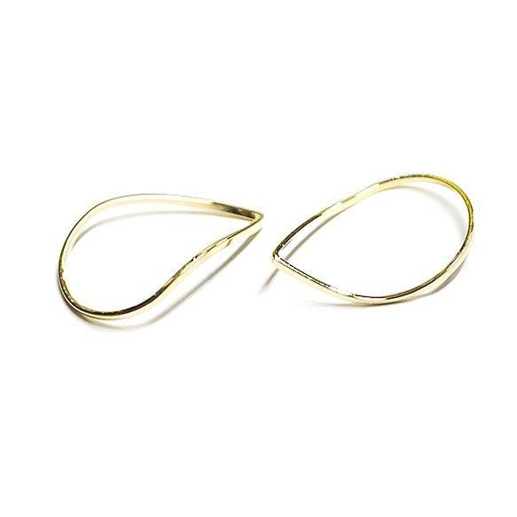 【近未来デザインから生まれたパーツ】立体的な3Dデザイン!しずく形を片方だけ曲げて優美な曲線を作り上げた光沢ゴールドパーツです。頑丈な真鍮製になります。少々の力で曲げた曲線が壊れる心配はありませんのでご安心ください。強い力を加えると破損の原因になります。(メタルパーツやパイプを切って製作したパーツとは全く異なります。こだわりの作品、高品質のパーツを探している方におすすめです。)使い方により、チャーム、コネクター、レジン、小物製作、ヘアアクセサリーなど様々な作品にお使いいただけます。*類似品やコピー品で材質が異なるパーツにはご注意ください。 当店のパーツとは全く異なる商品になります。■販売:2個(1セット)のお値段です。 ■本体サイズ:ヨコ17mm×タテ24mm■材質:真鍮
