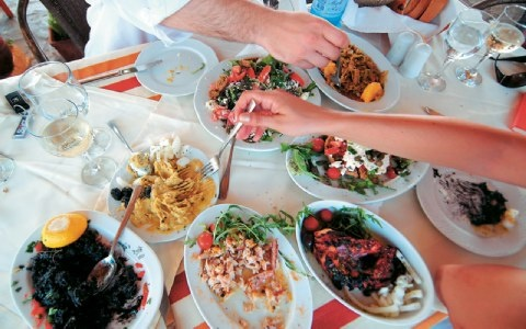 This is greek style eating..a little bit of everything: Tavern in Porto Koufos, Halkidiki.  «Mπουκα- δούρα», στην ακτή Eλιάς