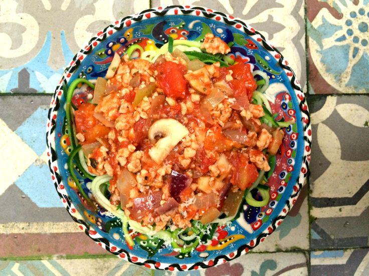 Simpele Paleo spaghettisaus met kipgehakt en courgettepasta (of courghetti)