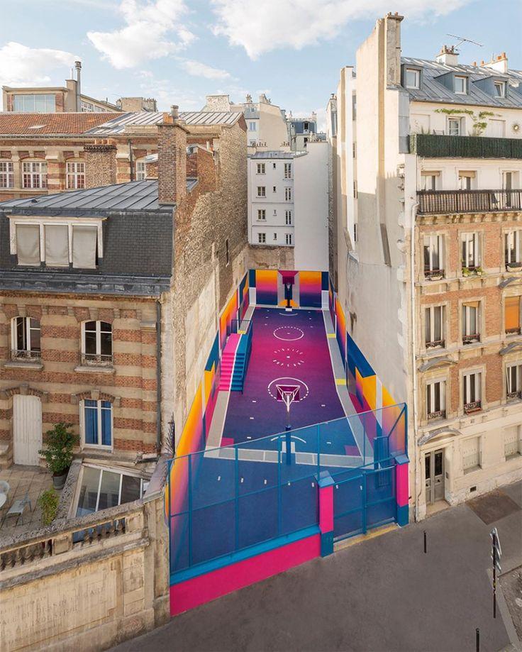 """""""In una collaborazione unica tra il marchio francese di moda Pigalle e l'agenzia di design Ill-Studio, il campo da basket Duperré di Parigi è stato recentemente ridisegnato e rivernicia…"""