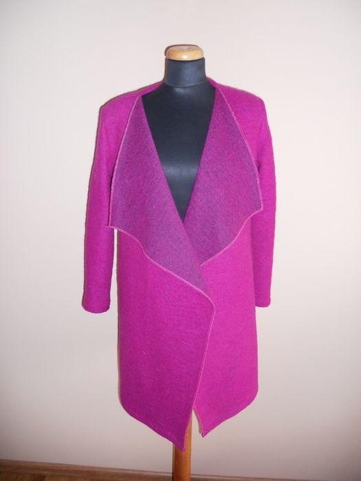 Przepiękny, delikatny płaszczyk w kolorze fuksji, bardzo ładnie się prezentuje. Można nosić z paskiem lub bez (pasek nie j...