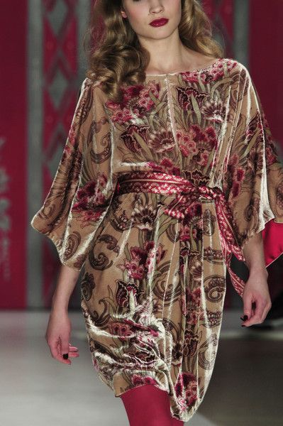 Nanette Lepore Fall 2006 - Details. Large scale pattern for taller, larger-featured Summer women. Lovely.