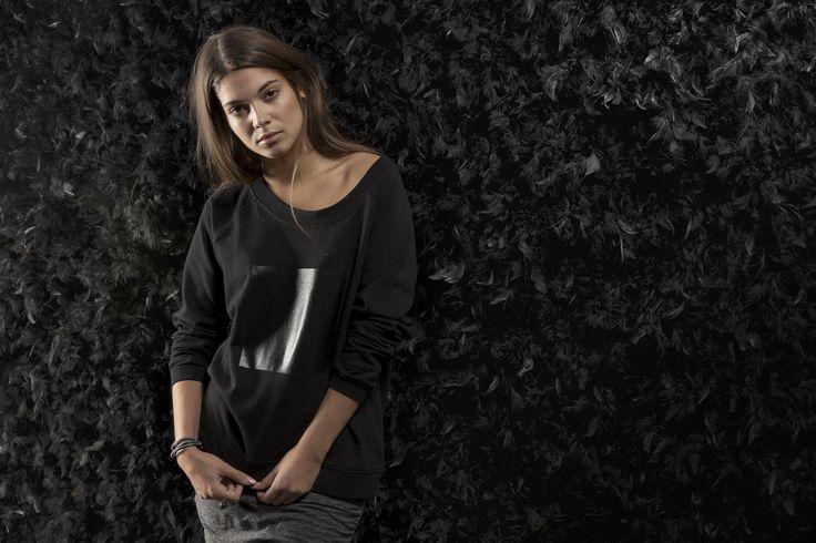 Domino Sweat is a elegant transitional sweatshirt made of soft black sweatshirt material.