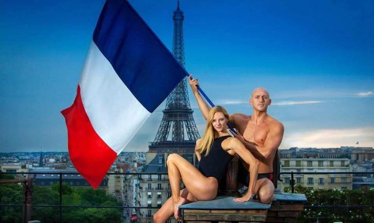 Virginie Dedieu et Benoit Beaufils représentent la France en CARDO Paris  Photo par Pierre-Anthony Allard  Maillots de bain, bonnets de bain, serviettes et accessoires élégants pour nageurs et nageuses. CARDO Paris
