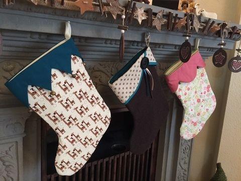 Nicolausstiefel / Weihnachtsstiefel - 5 Varianten der Krempe  gerade Krempe gerade Krempe mit Flügeln Bogenkrempe gezackte Krempe überschlagene Krempe  Unsere Nähanleitung ist für die Vorweihnachtszeit ein absolutes Muss. Der Stiefel ist nicht nur dekorativ und schnell genäht, sondern auch praktisch, denn er bietet viel Platz für kleine Geschenke: wie Süßigkeiten, Manderinen, Nüsse, Äpfel oder Schokolade. Egal ob als Geschenk oder für deine eigene Weihnachtsdeko am Kamin od