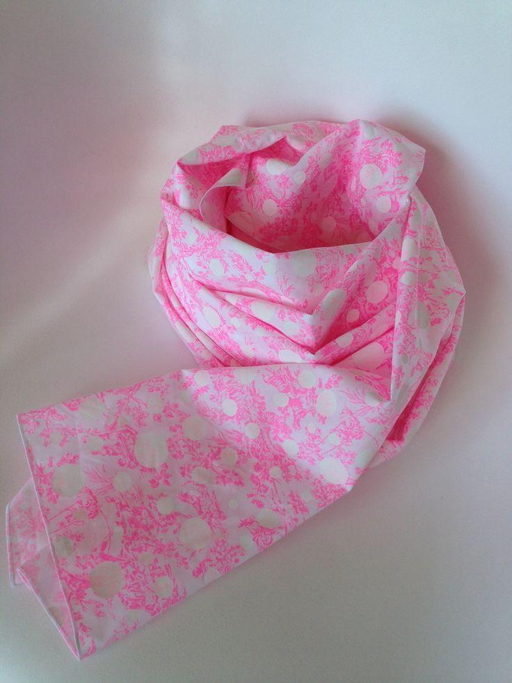 Chez Lilli Sew voile de coton motif toile de jouy rose fluo et pois 70 x 170 cm