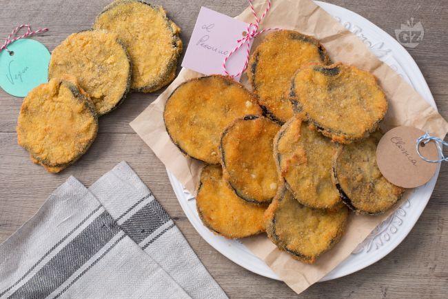 Le cotolette di melanzane sono un finger food sfizioso, perfette come aperitivo o antipasto, reso ancora più saporito da tre tipi di pastelle diverse.
