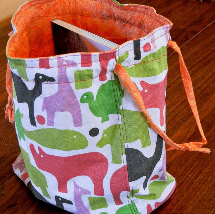 Knitting Bag Tutorial - Perfect project bag for knitting or crochet projects...love that it is lined and the position of the drawstring channel...now, off to find some fabric! Edited to add - just finished it and I'm very happy with results...only made the hole on one of the seams so I could have just one continuous drawstring and it worked great! Used paracord and a drawstring stopper. Hoping to make more of these as I have lots of projects going on at the same time! :)