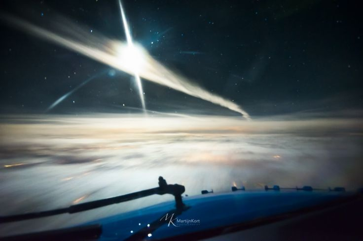 During cruise we crossed a contrail of a preceding colleague in a Boeing 777-300. The moon was lighting it up beautifully!