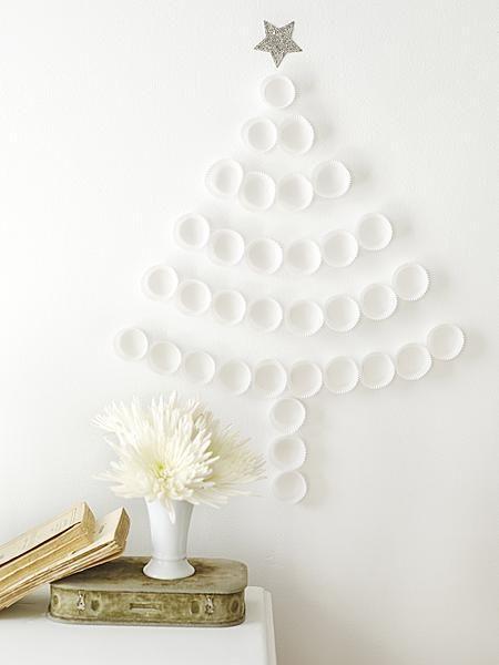 Kerstboom van witte papieren cupcakevormpjes. Ook leuk met papieren bonbonvormpjes.
