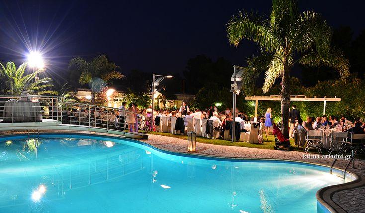 Wedding Reception by the pool. Στο κτήμα Αριάδνη, στη Βαρυμπόμπη, τα βράδια είναι μαγευτικά και οι δεξιώσεις ανεπανάληπτες