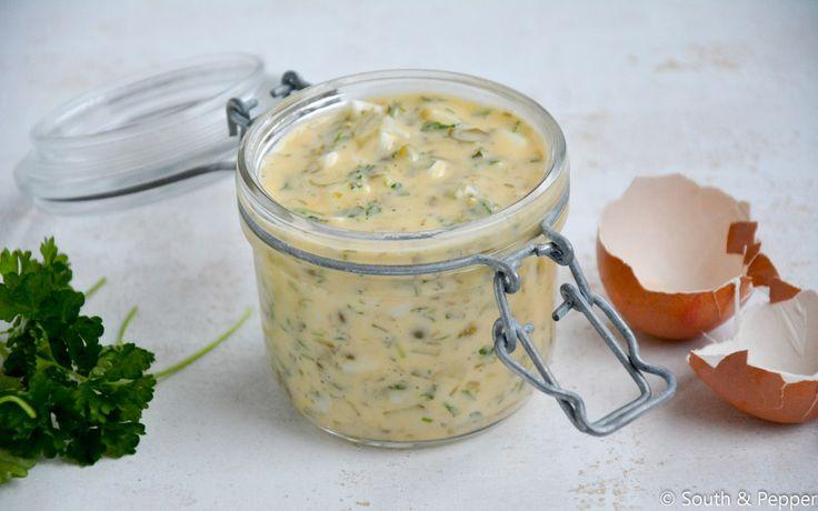 Tartaarsaus maken is bijna net zo makkelijk als mayonaise. Voeg er nog enkele ingrediënten aan toe en klaar! Lekker voor bij vis of frietjes.