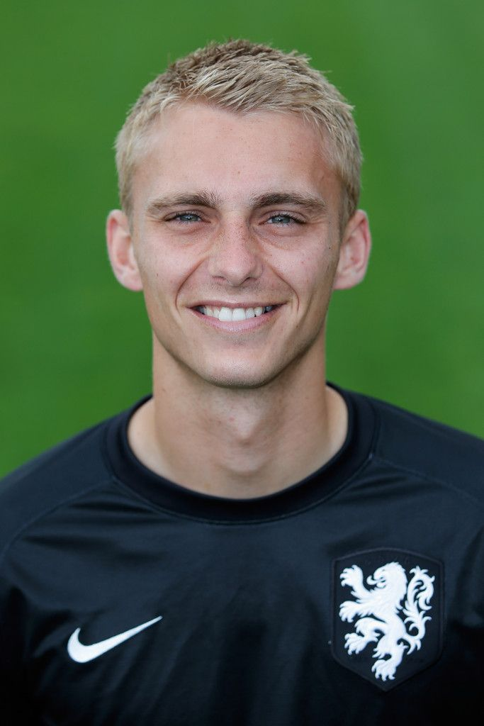 The 31-year old son of father (?) and mother(?) Jasper Cillessen in 2020 photo. Jasper Cillessen earned a 0.5 million dollar salary - leaving the net worth at 1 million in 2020