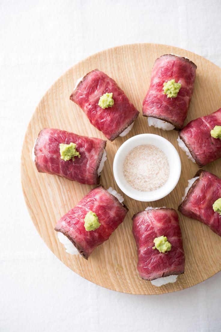 牛たたき寿司。牛たたきの作り方/①ブロック肉に塩をまぶして常温でペーパーに包んでおく(血なまぐささが抜けて塩の下味がつく)。②フライパンを温め、中〜弱火でブロックの各面を1分くらいずつ焼き付けていく。②熱が冷めるまでペーパーに包んでからカットする。