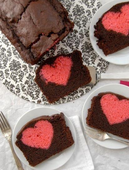 Παίζουμε μαζί: Σοκολατένιο κέικ με κρυμμένη καρδούλα!