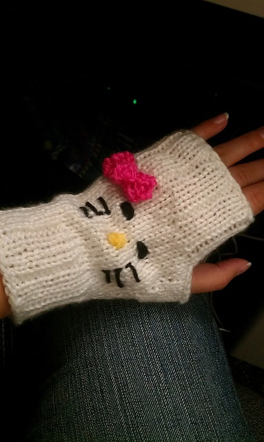 Hello Kitty Mittens Knitting Pattern : 1000+ images about Knit/Crochet Gloves-Mittens on Pinterest Gloves, Mittens...