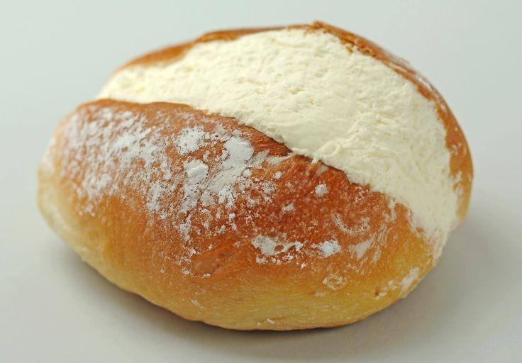 MARITOZZO tipico Romano, pagnottella impastata con farina, uova, miele, burro, sale (a volte pinoli, uvetta e scorzetta d'arancia candita) farcita con panna montata. Il nome dall'usanza di offrirlo alla propria fidanzata dal «maritozzo» #ItalianFood #cucinaitaliana #piattiitaliani #piattitipici #piattitipiciregionali #Gourmet #Foodie #FoodBlogger #CarnevaliLuigi  https://www.facebook.com/terreLAMBRUSCO/?fref=ts https://twitter.com/luigicarnevali https://www.instagram.com/carnevaliluigi/