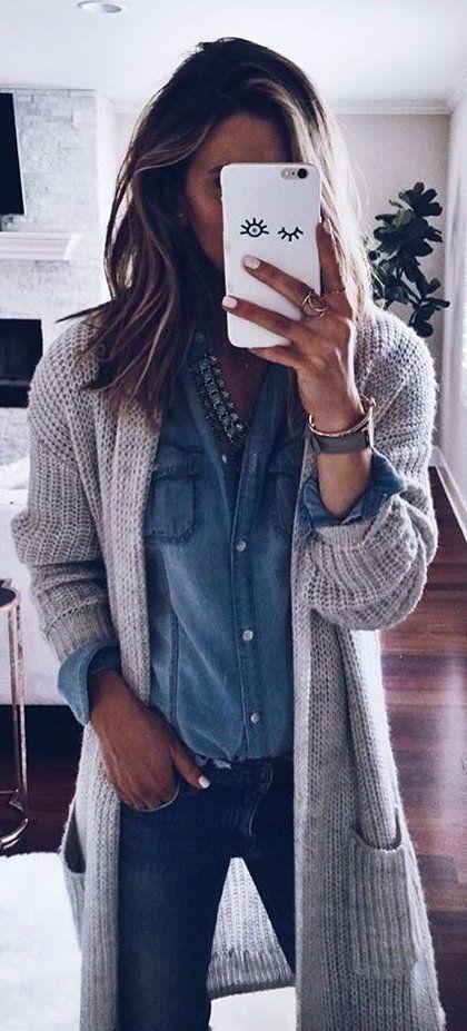 Donkere jeans, jeans bloes, grijs vest