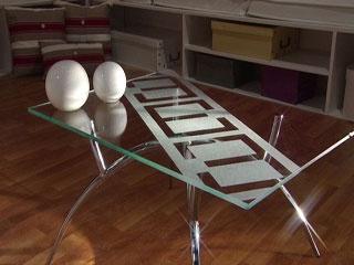 (BS)Mesa decorada ,Você precisa de:  Tampo de mesa de vidro  Fita crepe  Verniz acrílico fosco  Esponja