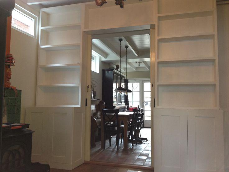 Boekenkast modern om schuifdeuren heen