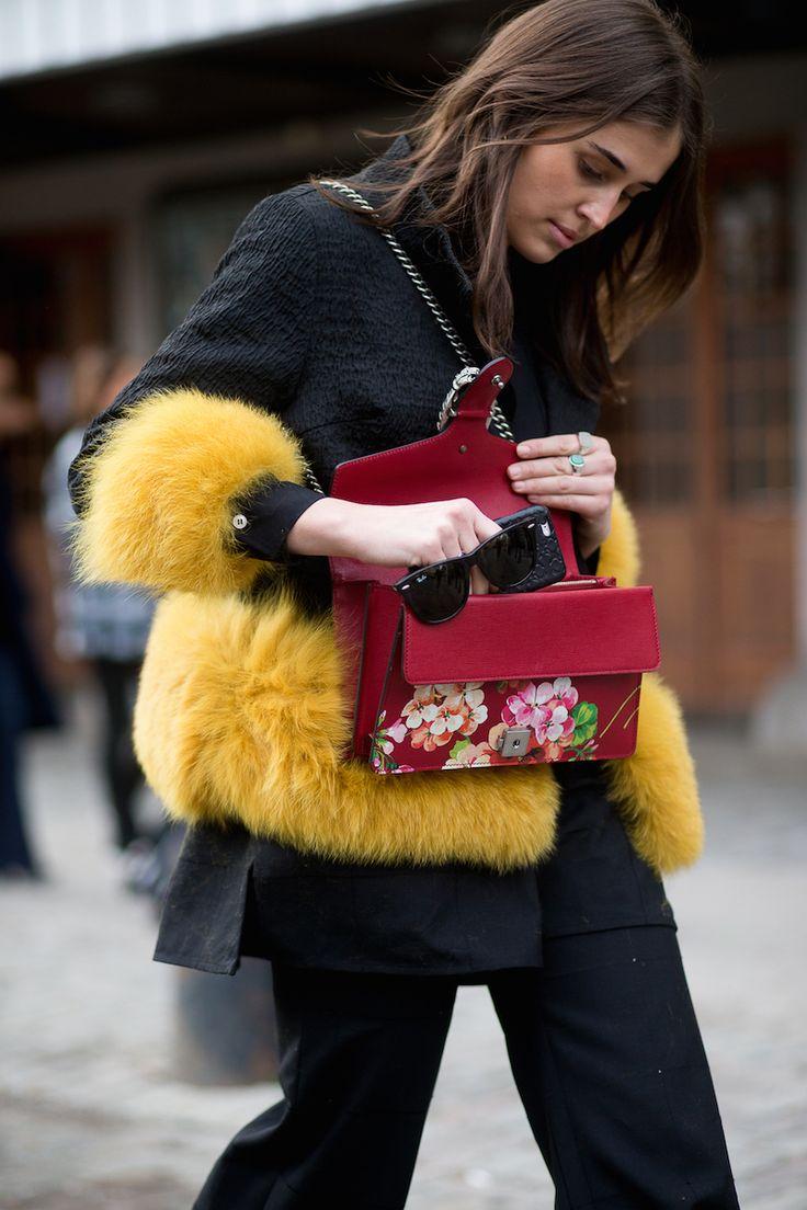 Inneholder lånte produkter Dette var mitt første antrekk under moteuken i Stockholm. Elsker kombinasjonen av gult og rødtoner. Drakten som jeg har lånt fra Totême satt som støpt til kroppen min, den skal jeg kjøpe så fort den er i butikk. Jacket: Saks Potts. Top: Totême. Pants: Totême. Shoes: Zara. Bag: Gucci. Sunglasses: Ray Ban. …