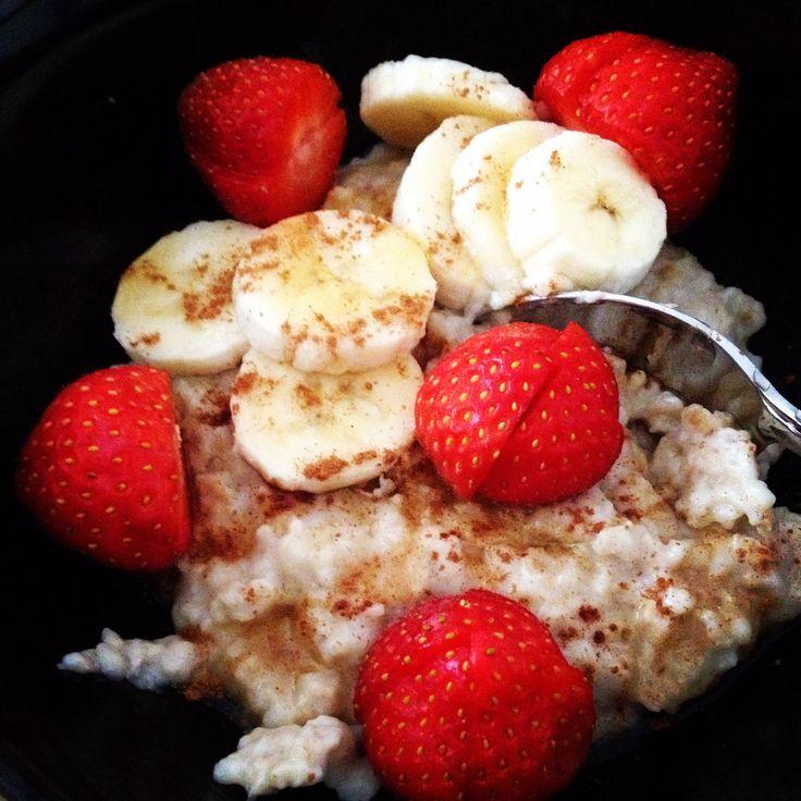 Een gezonde start van de dag: Havermout met honing, kaneel banaan en aardbeien.  Bereiden: Doe 200 ml pp melk of amandelmelk (mijn voorkeur) in een pannetje. Voeg 40 gram havermout toe pp en breng t aan de kook. Laat de havermout ongeveer 2 minuten doorkoken. (Goed roeren!)  Voeg evt. De honing en kaneel toe naar wens en vers fruit.  Ook lekker met verse abrikozen, noten, rozijnen.