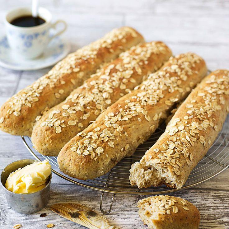 Havrebaguetter är ett fiberrikt matbröd som är enkelt att baka och riktigt gott till frukost.
