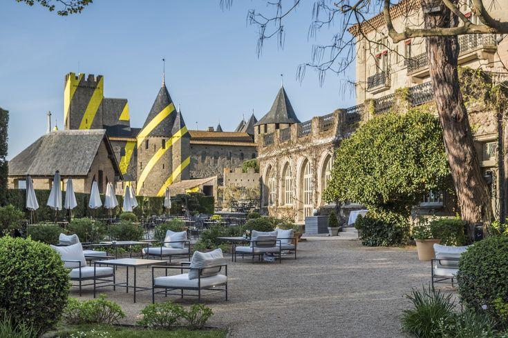 Le Jardin De L Hotel De La Cite Carcassonne Au Printemps Avec En Arriere Plan L Oeuvre Monumentale De Felice Varini A L Occasi Hotel Vacances Carcassonne