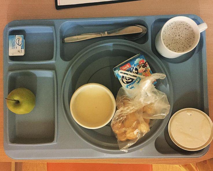Well.... budíček mezi 5:00-6:00 se ukázal z hlediska produktivity práce jako dost dobrá věc  ale nemocniční strava mi teda fakt chybět nebude...  Může mi někdo říct který nutriční terapeut tyhle kombinace vymýšlí? :DDD Nicméně chápu omezený budget nemocnic... ;) #maytheforcebewithyou #staystrong #morning #breakfast #glutenfree #celiac #diet #bezlepková #nutrietrpí #nutričníterapie v #praxi  by dr.daniela