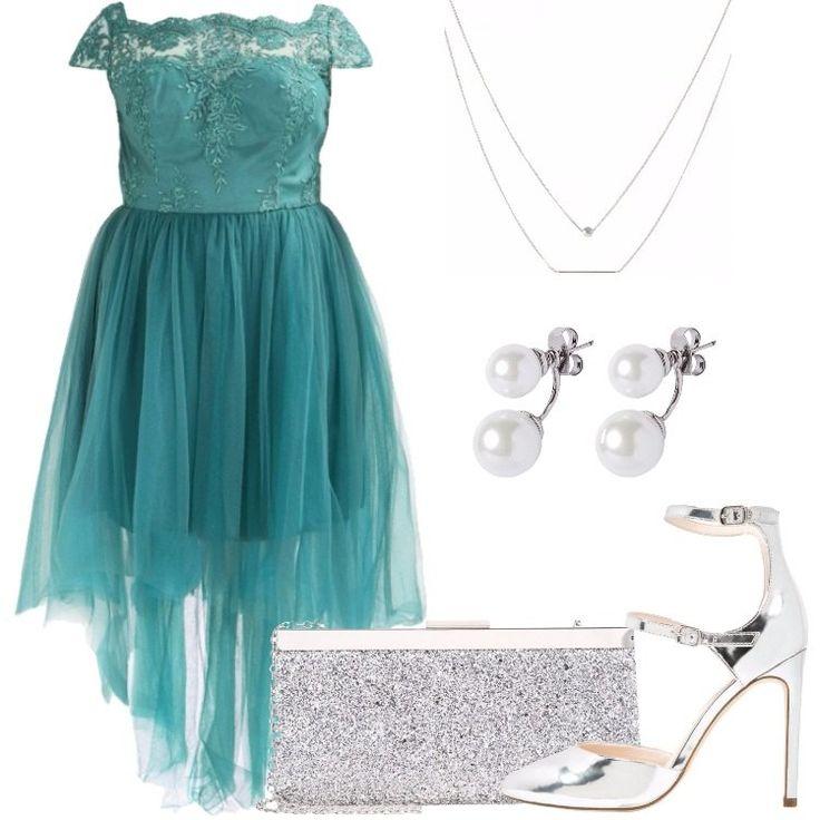 L'outfit è composto da un abito da sera, un paio di tacchi in fintapelle in color argento, una pochette argentata, un paio di orecchini e da una collana.