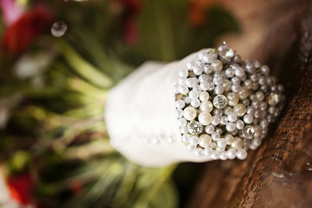 Looking for a classy way to finish your wedding bouquet?  pretty pearly pins in every stem.