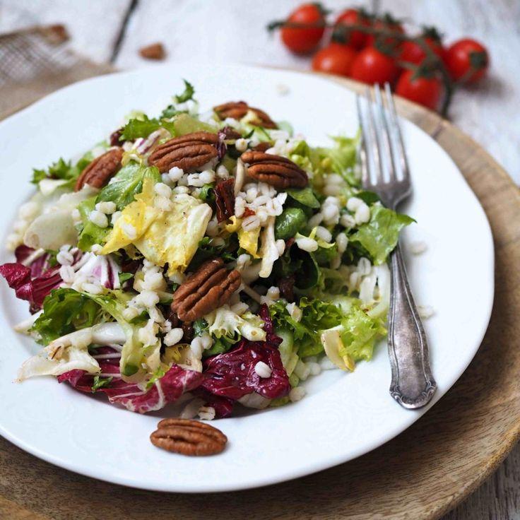 Mám ráda rychlé večeře a vzhledem k tomu, že se v posledních měsících snažím jíst zdravě, je pro mě nejjednodušší si připravit zdravý salát. Když k tomu přidáte pekanové ořechy a kroupy, budete se oblizovat…