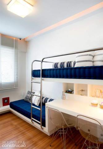 O quarto de 8 m² para dois irmãos de 7 e 9 anos contém até uma área de estudos: foi encaixada sob a cama superior, suspensa a 1,26 m do chão. Projeto da arquiteta Paula Neder.