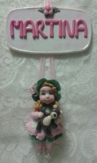 Targa con nome. Decoro e bambolina realizzati in porcellana fredda