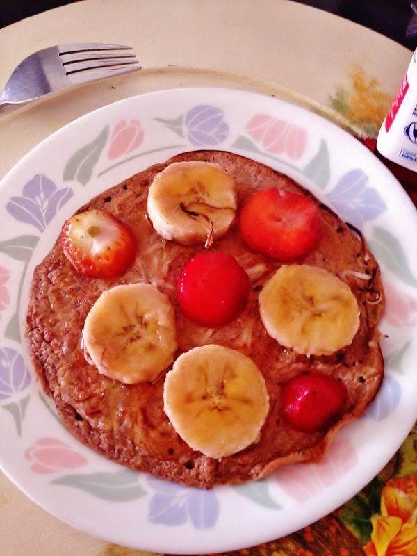 Tortilla de avena con miel, fresas y banano.
